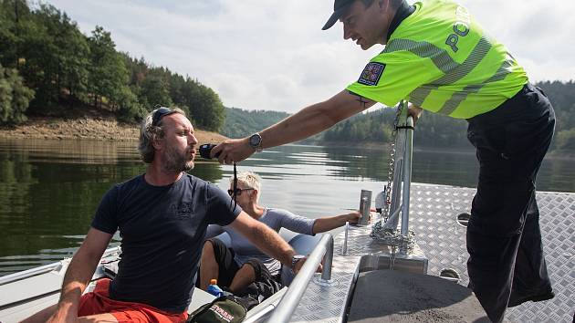 Policejní hlídka na Dalešické přehradě.