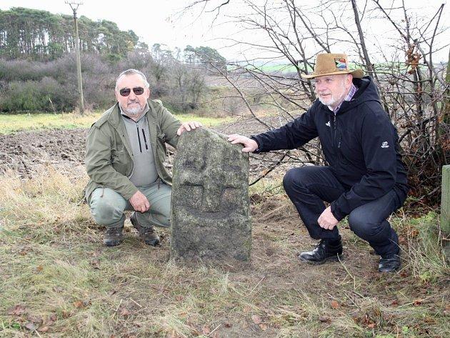 Emanuel Nožička (vlevo) s přáteli vrátil křížový kámen před pár dny na původní místo k Boňovu.