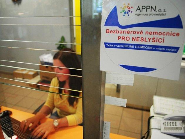 Pacienty o možnosti digitálního tlumočení informuje samolepka na recepci.