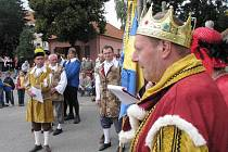 Kočáry tažené koňmi a radní v historických krojích připomněli v sobotu ve Starči 510. výročí první písemné zmínky o městečku.