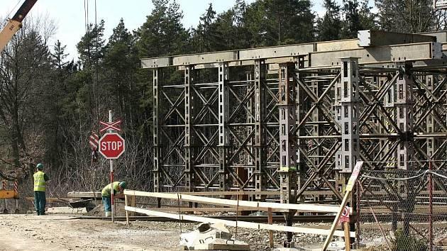 Největší silniční stavba na Vysočině posledních deseti let finišuje. Obchvat Moravských Budějovic se i přes dlouhou zimu drží nasmlouvaných termínů.