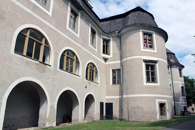 Na zámku v Polici otevírají expozici historických motorek