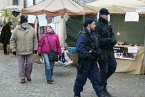 """""""Hlídkujeme na autobusových či vlakových nádražích, ve velkých obchodních a nákupních centrech a v dalších místech, kde se soustřeďuje vyšší počet lidí,"""" uvedl krajský policejní ředitel Radek Malíř."""