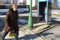 Z této budky volal pachatel letos 4. února v 15.27 hodin, oznámil bombu u nedaleké pekárny.  Veřejný automat se nachází na nároží ulice Benešovy.