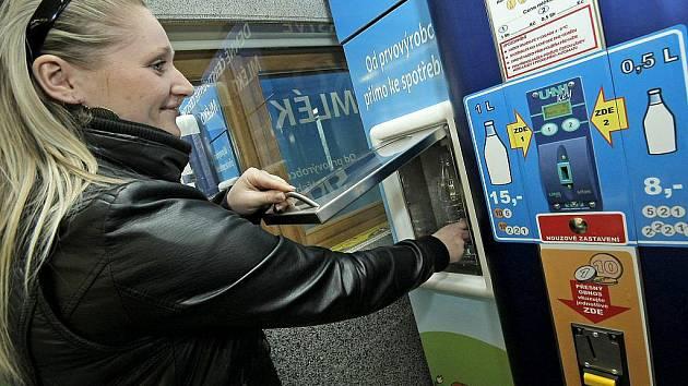Automat na mléko v prodejně JMB v ulici Kpt. Jaroše v Třebíči.