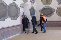 Probíhají zahajovací práce ochranného charakteru. Došlo k zakrytí všech pískovcových prvků, nástěnných maleb, ostění. Při bourání betonové podlahy narazili v několika místnostech i na nečekanou cihelnou dlažbu, kterou budou chtít zachovat.