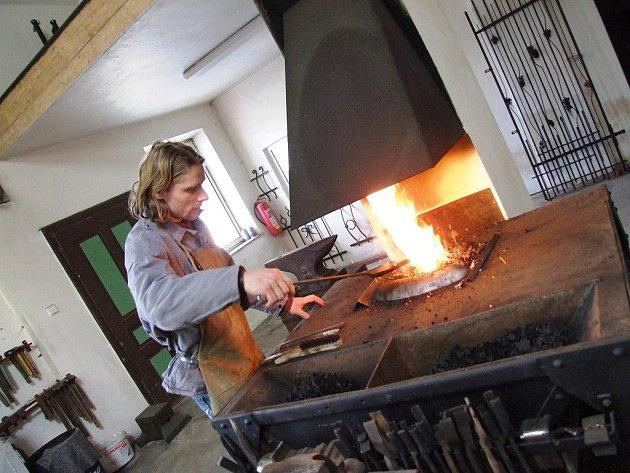 S jakým materiálem pracuje umělecký kovář? Zpravidla s měkkou ocelí různých profilů. Do výhně používá kvalitní ostravské černé uhlí. A potřebuje též barvy na povrchovou úpravu předmětů.