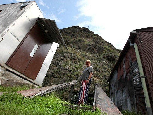 Zvětralý skalní masiv  ve Vladislavi lemuje ulici s domky, která vede podél řeky Jihlavy k tamní firmě TANEX. Nejvíc skalní útvar ohrožuje rodinu Pospíšilových.
