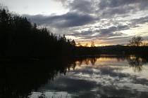 Baví vás, co se děje ráno nebo večer na obloze? Čtenář vyfotil západ Slunce