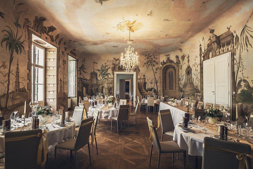 Na dukovanském zámku letos zahájili čtvrtou svatební sezónu. Pro svatby slouží i freskový sál Pantheon.