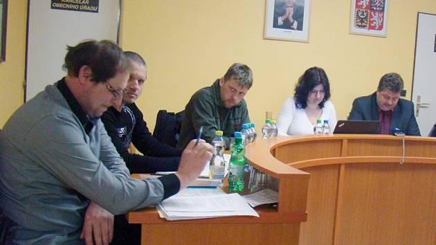 Zastupitelé ve Slavěticích schválili konání referenda. Zcela vlevo opoziční Antonín Kovář. První zprava starosta René Moravec.