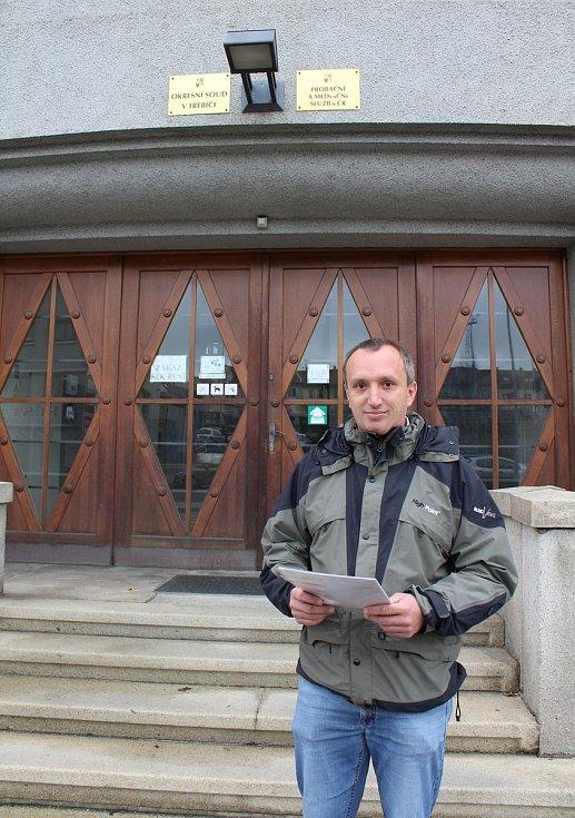 Lukáš Komárek přichází k Okresnímu soudu v Třebíči vzít zpět veškeré žaloby, které na společnost Mannn Hummel podal.