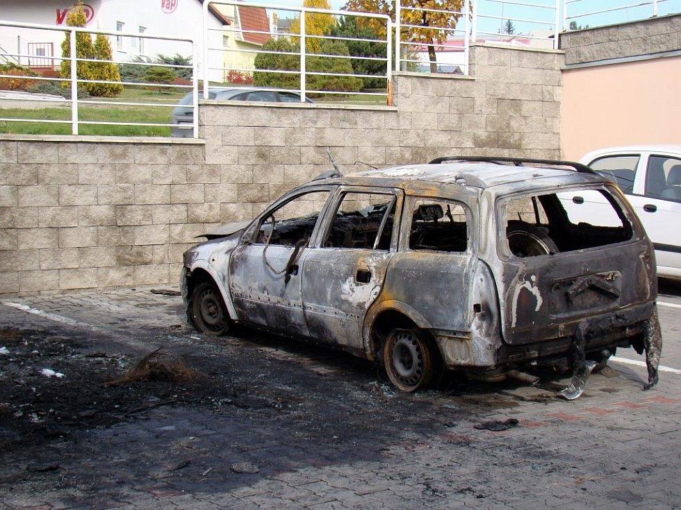 Hasiči určili jako příčinu požáru v třebíčské ulici Lavického úmyslné zapálení. Policisté prověřují všechny možnosti, pachatele ale zatím nenašli.