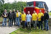 Členové Spolku pro veřejnou dopravu na jihozápadní Moravě před lokomotivou Zastal.