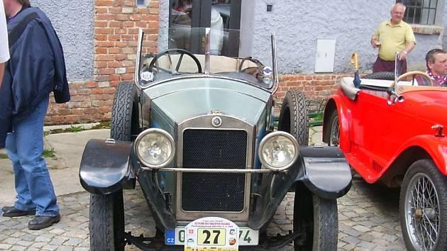 Jeden z vystavených automobilových staříků, kterým se majitel přijel pochlubit na sraz veteránů.