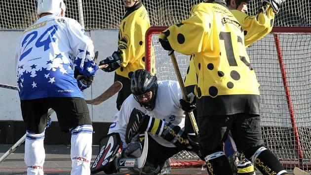 Hokejbalisté okříšské Slzy (s tmavými nohavicemi) na domácím hřišti v rámci osmého kola druhé národní hokejbalové ligy přivítali rezervní tým Starého Brna, jehož odpor definitivně zlomili až v závěrečné třetině.