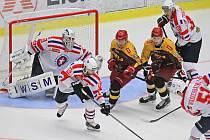 Brankář Tomáš Štůrala v akci na ledě Jihlavy, kde se spoluhráči vyhráli první letošní derby.