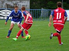 Cenná výhra. Fotbalisté Třeště (v modrých dresech) dokázali porazit B-tým Třebíče 3:2.