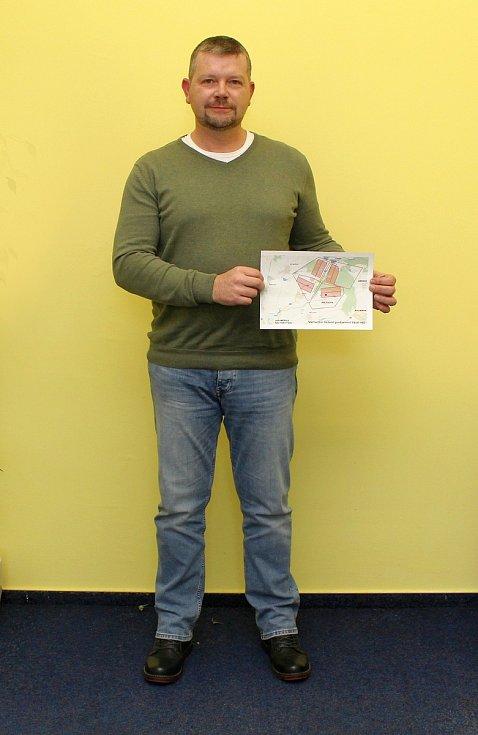 Petr Andrýsek s mapkou lokality Na Skalním, ve které je vyznačen pozemní areál plánovaného hlubinného úložiště.