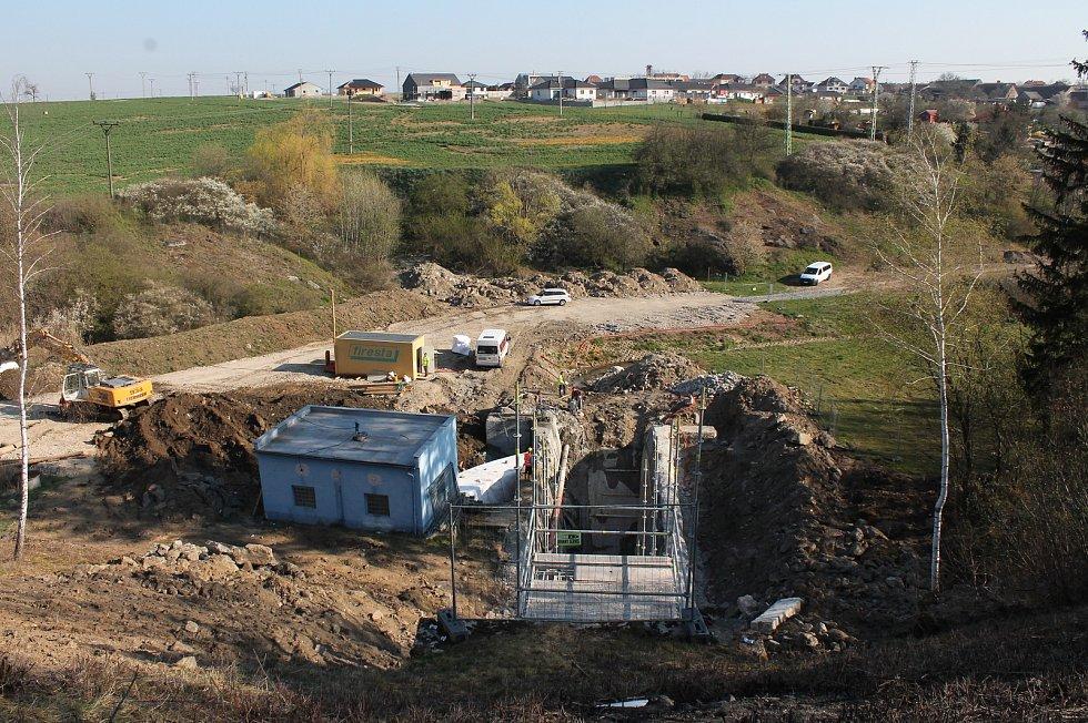 Rekonstrukce vodní nádrže Markovka nedaleko Třebíče skončí příští rok na jaře. Pohled ke Kožichovicím z korun\ hráze, po níž vede silnice na Dukovany.