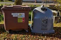 Šedé kontejnery na sběr kovů stojí už mimo jiné v Ohrazenici.