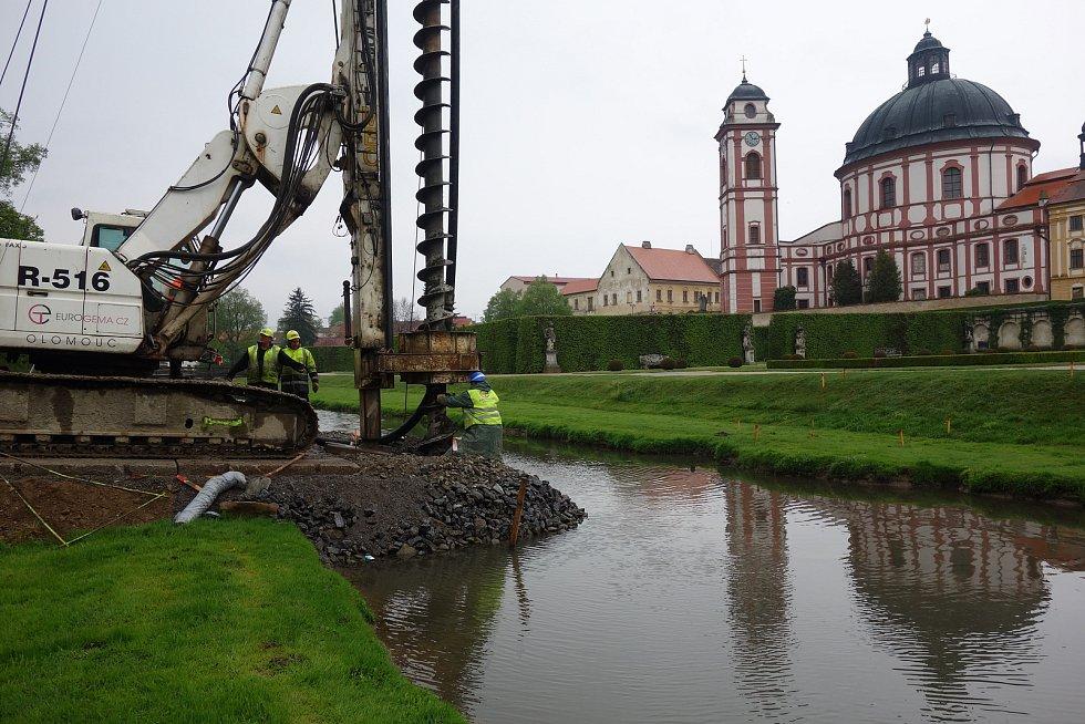 Vrtná souprava ve středu 30. dubna 2019 navrtala a rovnou vybetonovala piloty, nutné pro stavbu nového mostu přes Rokytnou v zámeckém areálu v Jaroměřicích.