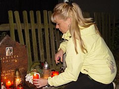 Matka Darinky Michaela Toczková zapálila v úterý večer svíčku u pomníčku své dcery v Rapoticích na Třebíčsku.