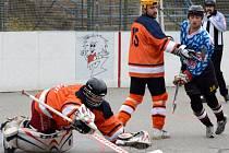 Už ve čtvrtém jarním zápase v řadě hokejbalisté přibyslavické Slzy (v modrém) bodovali