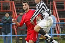 Žďárský kmenový hráč Jan Karásek (v červeném), který momentálně obléká dres Třebíče, otevřel proti svému mateřskému klubu skóre. HFK i díky jeho trefě vyhrál 3:2.