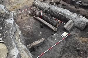 Na náměstí archeologové odkryli pozůstatky trhové osady, která pochází ze 12. století.