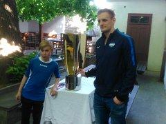 Hokejový mistr z Komety Brno Tomáš Vondráček přivezl Masarykův pohár do rodné Třebíče.