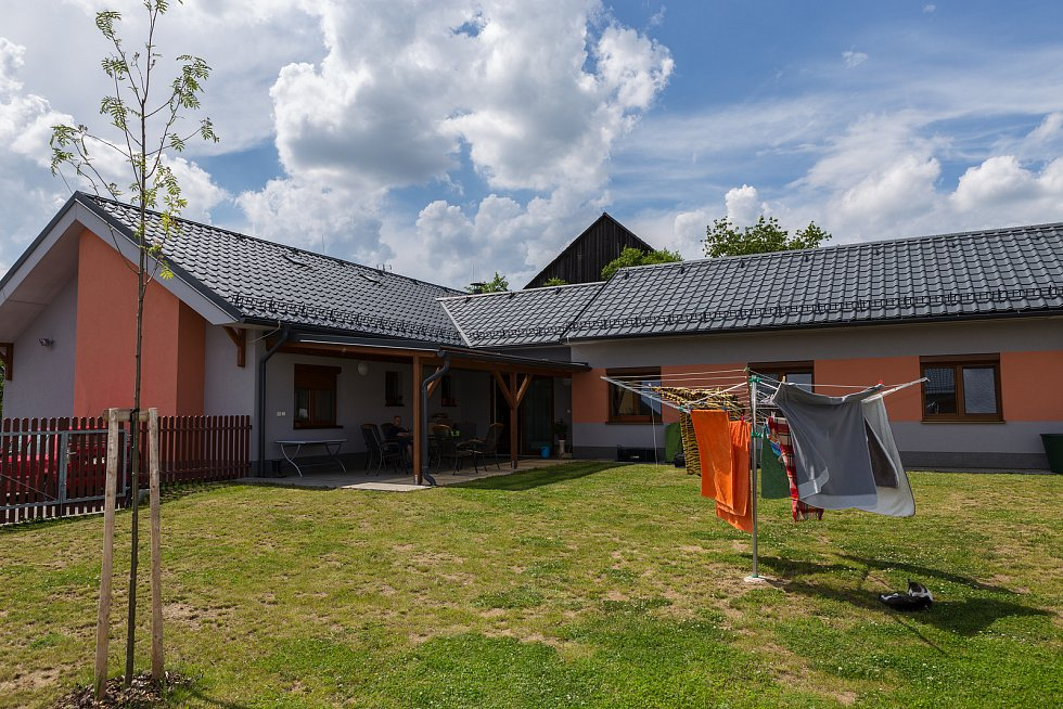 Výstava v Jinošově připomíná život v tehdejším ústavu i dnešní Domov bez zámku.