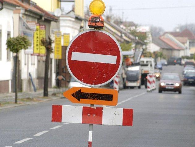 Řidiči projíždějící krajem Vysočina musejí kvůli opravám silnic v těchto dnech počítat s objížďkami.