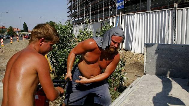 Naříkají všichni i stavební dělníci na přímém slunci.