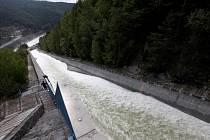 V několika intervalech postupně přepadovým korytem hráze proteklo přes 200 tisíc kubíků vody.
