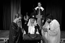 Komedii Lásky hra osudná přijedou do třebíčské Pasáže zahrát herci z pražské Agentury Harlekýn.