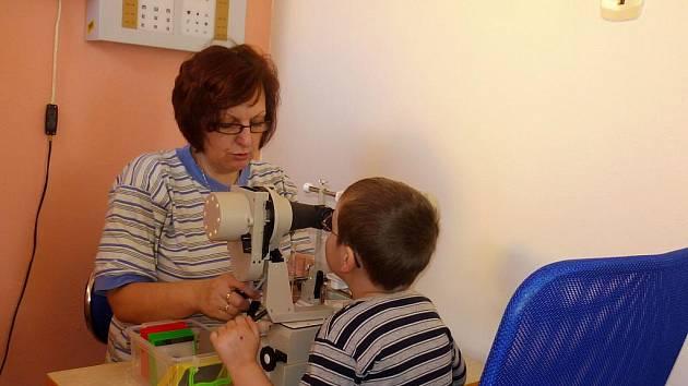 Nový oční přístroj synoptofor v pondělí slavnostně uvedli do provozu v Denním rehabilitačním stacionáři v Družstevní ulici v Třebíči.