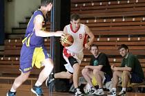 """Třebíčští basketbalisté (v bílém) prahnou po odvetě za těsnou prohru s Žabovřeskami. """"Prohráli jsme o koš a potřebujeme vyhrát minimálně o tři body,"""" řekl kouč Smital."""