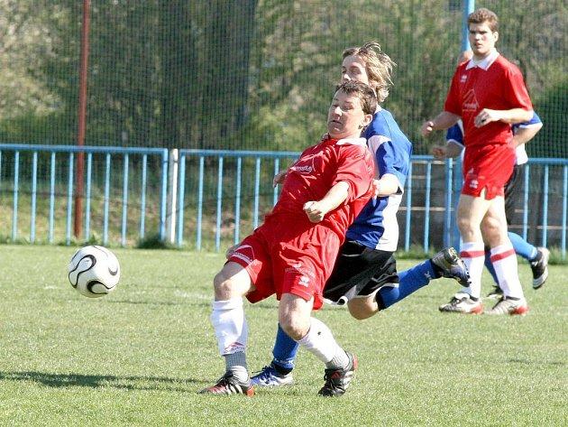 Fotbalisté záložního mužstva Okříšek (u míče) dokázali ve vypjatém utkání okresního přeboru, které navštívilo 220 diváků, zvítězit nad Rokytnicí. O tři body se zasloužil proměněnou penaltou Petr Herkla.