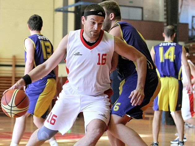 Třebíčští basketbalisté (v bílém) museli v důležitém zápase proti Žabovřeskám B po celou dobu dotahovat. A když ke konci vyrovnali, rozhodli Brňané dvěma šestkami.