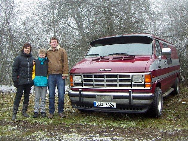 """Petr Kuba se svým """"pojízdným pokojíkem"""" Dodge Ram Van B 250."""