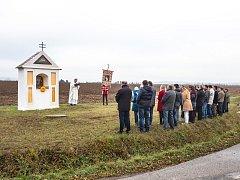 Opravená boží muka poblíž silnice vedoucí z Hornic do Kojatic.