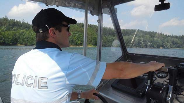Policisté kontrolují Dalešickou přehradu.