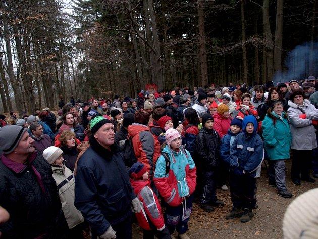 Tradičního předsilvestrovského výšlapu na nejvyšší kopec Třebíčska, na Horu Mařenku, se zúčastnili lidé v hojném počtu.