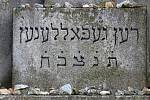 Student hebraistiky Tobiáš Smolík provedl zájemce historií třebíčského židovského hřbitova.
