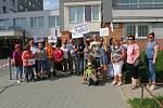 Odpůrci hlubinného úložiště jaderného odpadu ze Spolku SOS Na Skalním čekají v Třebíči na příjezd vlády.