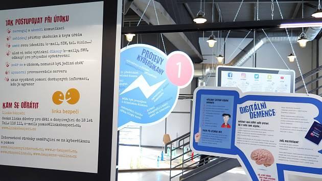 Výstava Stop kyberšikaně sestává z deseti panelů, které informují o různých druzích kyberšikany.