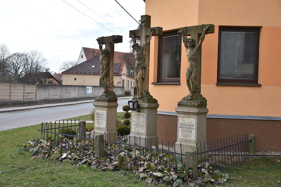 Sousoší Kavalérie (Tří Křížů), je od loňského podzimu kulturní památkou. Letos se dočká opravy.