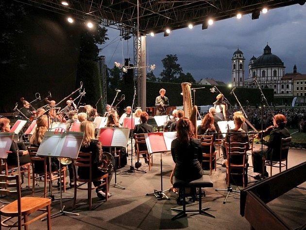 Zahajovací koncert se uskutečnil v romantickém prostředí zámeckého parku, vystoupila sopranistka Kateřina Kněžíková, rumunský tenorista Ioan Hotea.