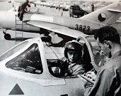 Kontrola. Pilot letounu Mig-15 při předletové kontrole s technikem. Tento stroj dokázal u země dosáhnout rychlosti až 1076 km/h a letět ve výšce až 15 500 m.
